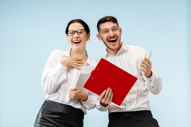 Ketahui kebijakan perusahaan sebelum kita menjalin hubungan asmara dengan teman sekantor.