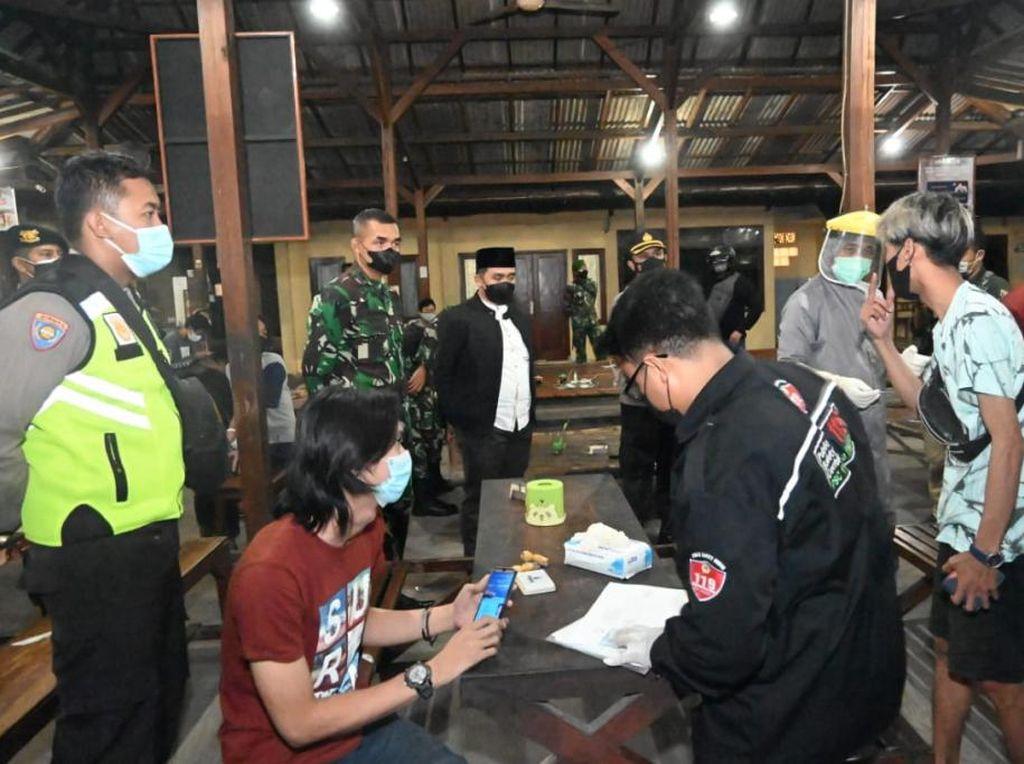 Kelabui Petugas, Kafe di Pasuruan Padamkan Lampu Saat PPKM Darurat