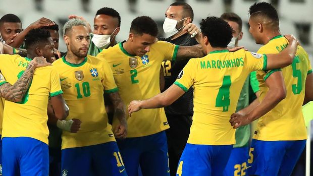 RIO DE JANEIRO, BRAZIL - JULY 05: Neymar Jr. celebrates with teammates after the first goal of his team scored by Lucas Paqueta (not in frame) during a semi-final match of Copa America Brazil 2021 between Brazil and Peru at Estadio Olímpico Nilton Santos on July 05, 2021 in Rio de Janeiro, Brazil. (Photo by Buda Mendes/Getty Images)