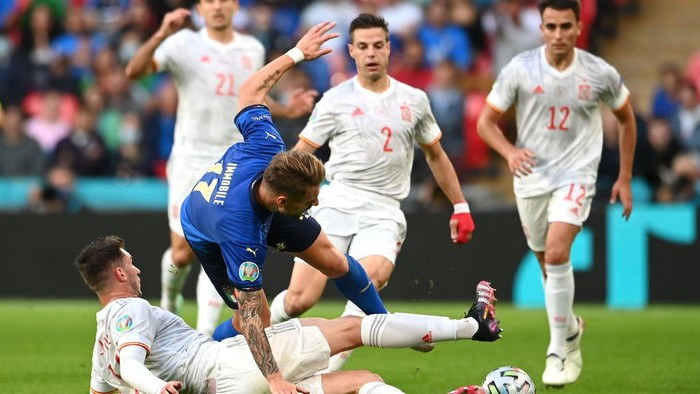 LONDON, ENGLAND - JULY 06: Ciro Immobile of Italy is challenged by Aymeric Laporte of Spain during the UEFA Euro 2020 Championship Semi-final match between Italy and Spain at Wembley Stadium on July 06, 2021 in London, England. (Photo by Andy Rain - Pool/Getty Images)