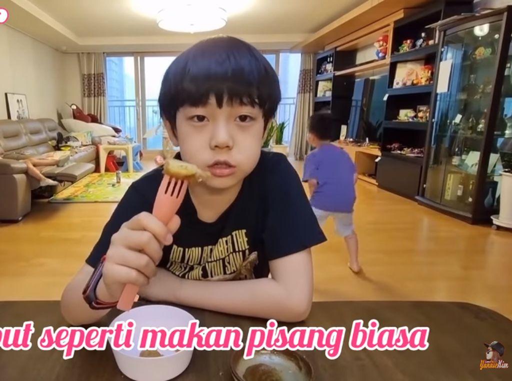 Bocah Korea Ini Makan Pisang Goreng Pakai Kimchi, Apa Enak?