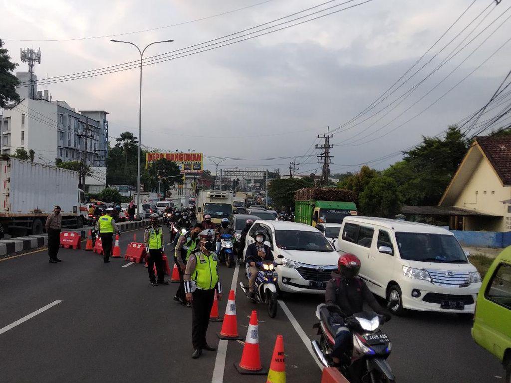Cegah Mobilitas Warga, Akses Simpang Empat Karanglo Malang Ditutup