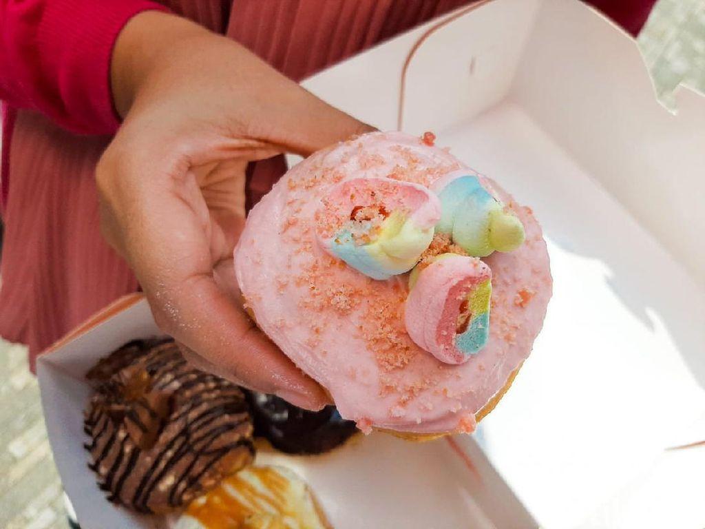 Donat Topping Marshmallow dan Popcorn yang Lagi Viral di Bandung
