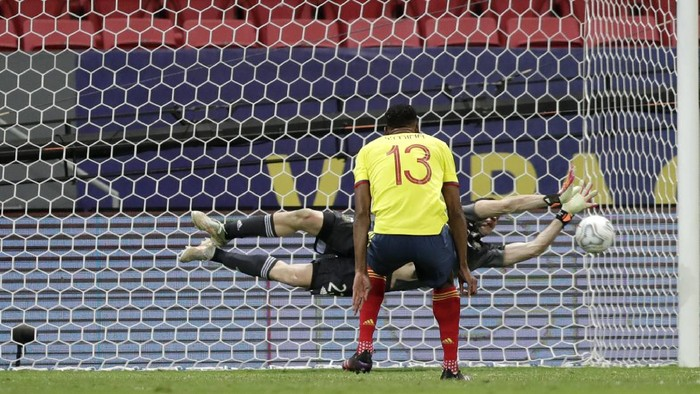 Argentinas goalkeeper Emiliano Martinez blocks a penalty shot by Colombias Yerry Mina during the  penalty shootout in a Copa America semifinal soccer match at the National stadium in Brasilia, Brazil, Wednesday, July 7, 2021. (AP Photo/Eraldo Peres)