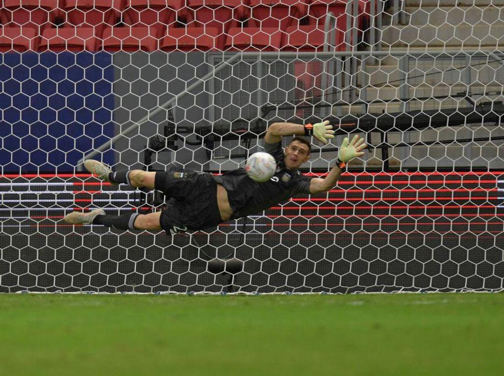 1, 2, 3... Emiliano Martinez Halau Penalti Kolombia