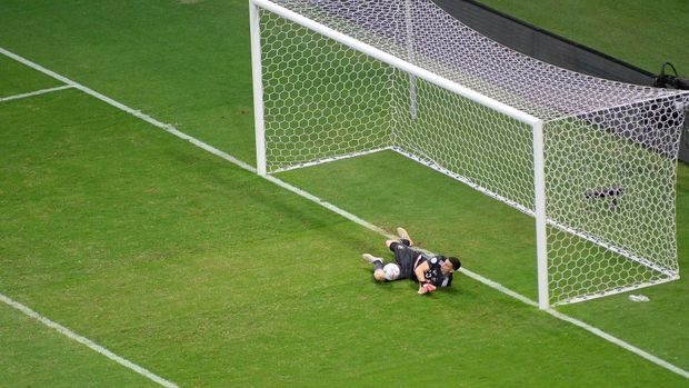 BRASILIA, BRAZIL - JULY 06: Emiliano Martinez goalkeeper of Argentina dives to save penalty kick by Edwin Cardona of Colombia (not in frame) in a shootout after a semi-final match of Copa America Brazil 2021 between Argentina and Colombia at Mane Garrincha Stadium on July 06, 2021 in Brasilia, Brazil. (Photo by Andressa Anholete/Getty Images)