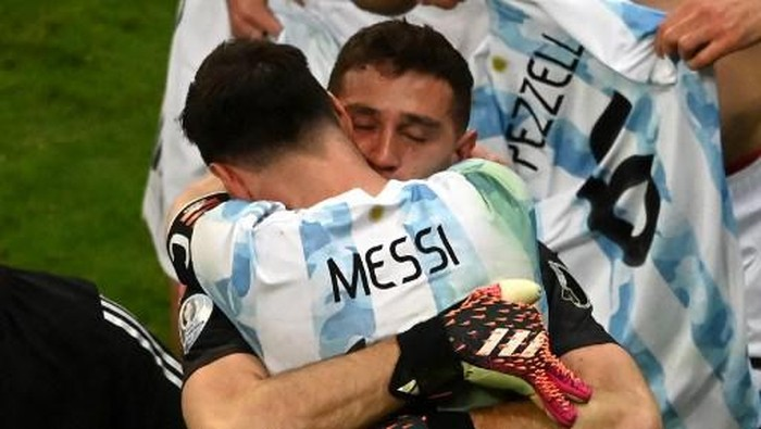 Argentinas goalkeeper Emiliano Martinez and Argentinas Lionel Messi celebrate at the end of the Conmebol 2021 Copa America football tournament semi-final match against Colombia at the Mane Garrincha Stadium in Brasilia, Brazil, on July 6, 2021. (Photo by EVARISTO SA / AFP)