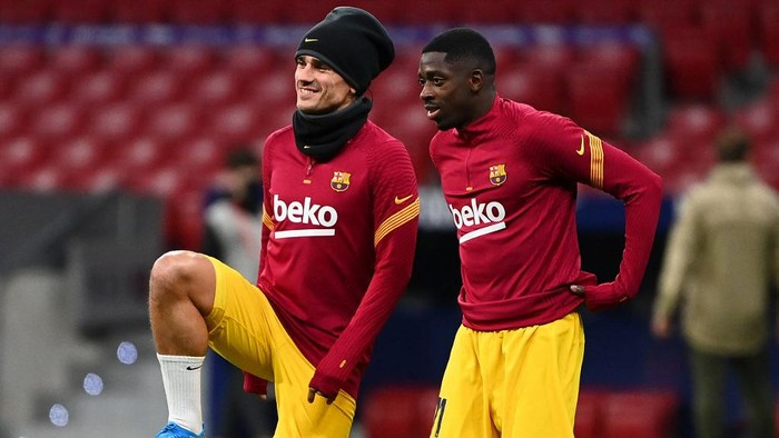 Barcelonas French midfielder Antoine Griezmann (L) and Barcelonas French forward Ousmane Dembele warm up before the Spanish League football match between Club Atletico de Madrid and FC Barcelona at the Wanda Metropolitano stadium in Madrid on November 21, 2020. (Photo by GABRIEL BOUYS / AFP)