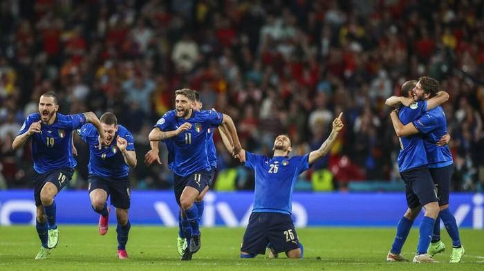 Italia mengalahkan Spanyol 4-2 lewat adu penalti setelah laga imbang 1-1 selama 120 menit. Gli Azzurri berhak ke final Piala Eropa 2020.