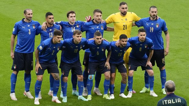 Italian players pose for a team photo during the Euro 2020 soccer championship semifinal between Italy and Spain at Wembley stadium in London, Tuesday, July 6, 2021. (AP Photo/Matt Dunham,Pool)