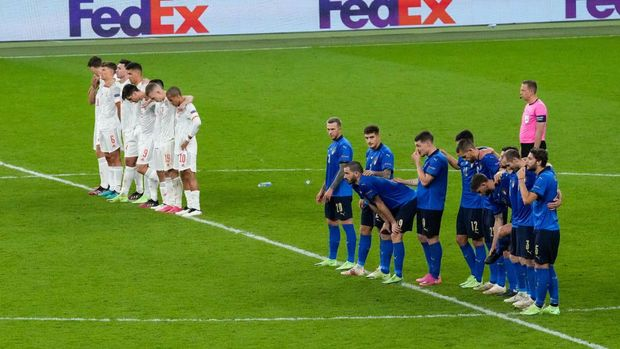 LONDON, ENGLAND - JULY 06: Players of Spain and Italy react during the penalty shoot out during the UEFA Euro 2020 Championship Semi-final match between Italy and Spain at Wembley Stadium on July 06, 2021 in London, England. (Photo by Matt Dunham - Pool/Getty Images)