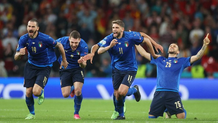 LONDON, ENGLAND - JULY 06: (L-R) Leonardo Bonucci, Andrea Belotti, Domenico Berardi and Rafael Toloi of Italy celebrate following their teams victory in the penalty shoot out after the UEFA Euro 2020 Championship Semi-final match between Italy and Spain at Wembley Stadium on July 06, 2021 in London, England. (Photo by Carl Recine - Pool/Getty Images)