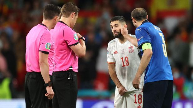 LONDON, ENGLAND - JULY 06: Giorgio Chiellini of Italy interacts with Jordi Alba of Spain during the UEFA Euro 2020 Championship Semi-final match between Italy and Spain at Wembley Stadium on July 06, 2021 in London, England. (Photo by Carl Recine - Pool/Getty Images)