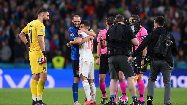 LONDON, ENGLAND - JULY 06: Giorgio Chiellini of Italy interacts with Jordi Alba of Spain during the penalty shoot out coin toss during the UEFA Euro 2020 Championship Semi-final match between Italy and Spain at Wembley Stadium on July 06, 2021 in London, England. (Photo by Laurence Griffiths/Getty Images)