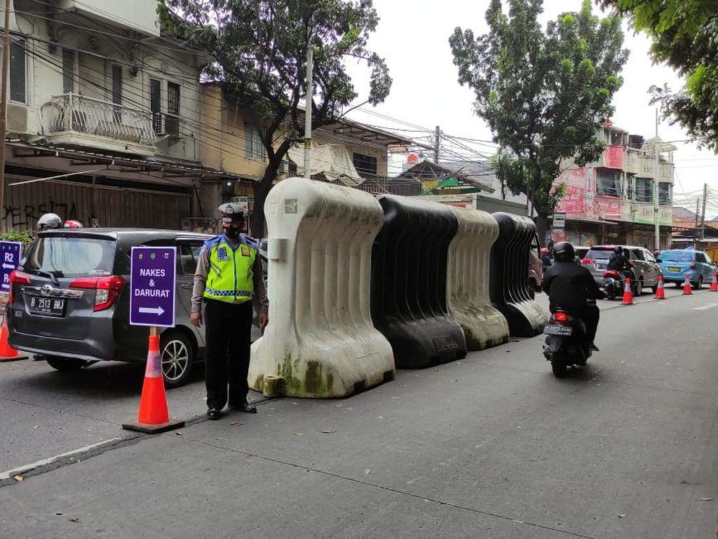 Hari ke-9 PPKM Darurat, 136 Kendaraan Disekat di Lenteng Agung