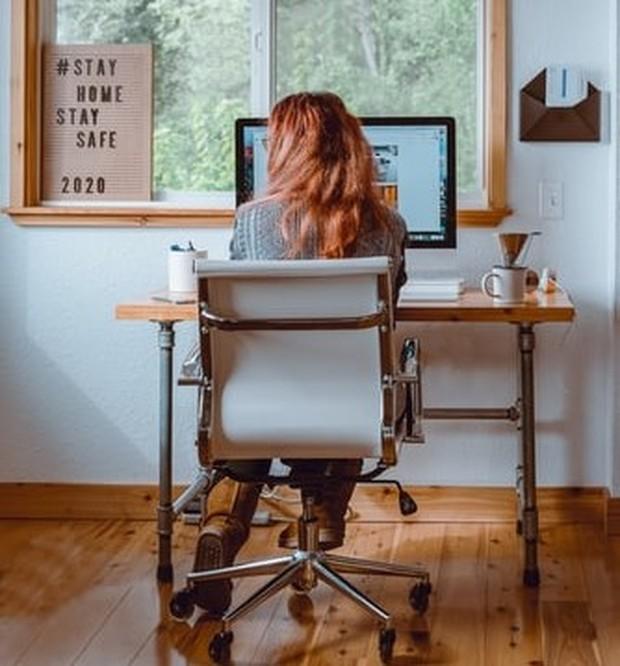 Meja dan kursi yang nyaman cegah sakit punggung
