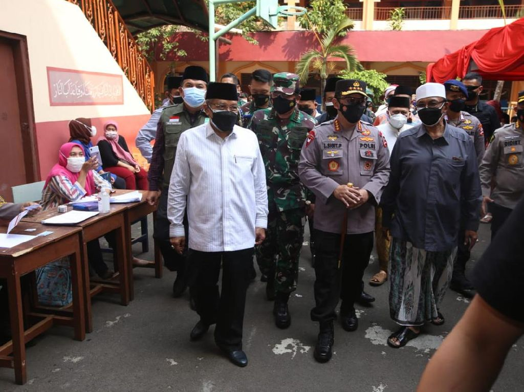 Panglima TNI-Kapolri Tinjau Vaksinasi di Kota Tua hingga Yayasan Al-Mahbubiyah