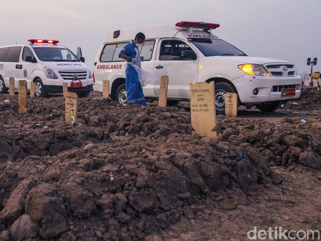Pilu Antrean Ambulans di TPU Rorotan