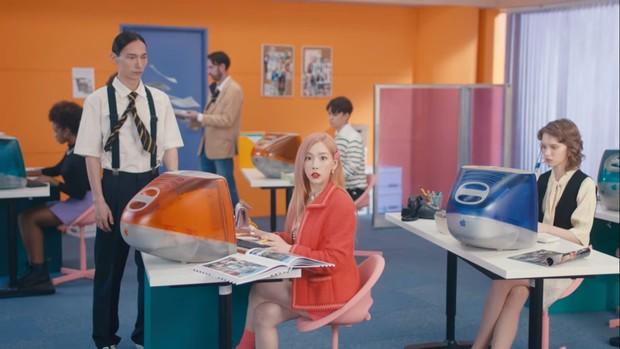 Tampil feminine dengan dress pink, Taeyeon suguhkan konsep music retro.