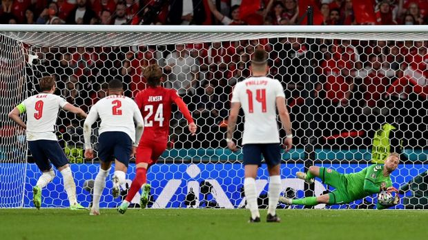 LONDON, ENGLAND - JULY 07: Harry Kane of England has a penalty saved by Kasper Schmeichel of Denmark, before he goes on to score the rebound for his team's second goal during the UEFA Euro 2020 Championship Semi-final match between England and Denmark at Wembley Stadium on July 07, 2021 in London, England. (Photo by Paul Ellis - Pool/Getty Images)