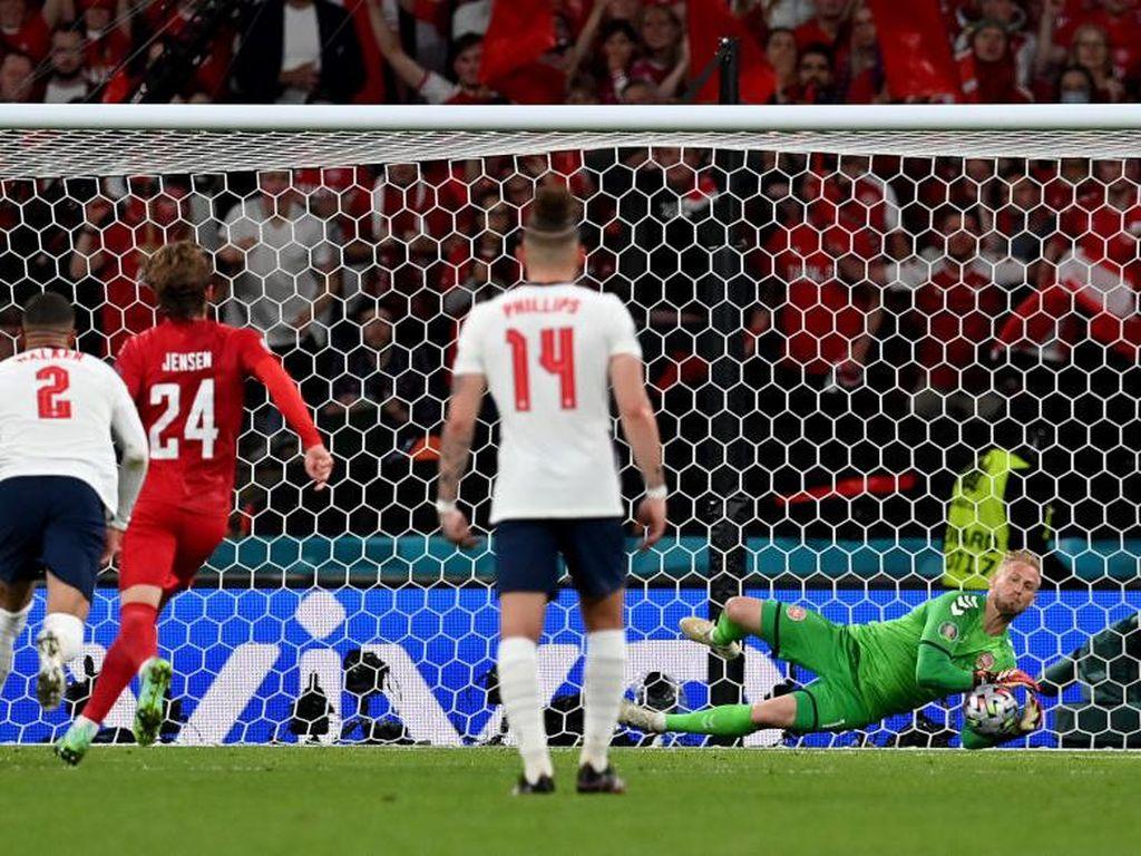 Inggris Didakwa UEFA gegara Fans Laser Kiper Denmark