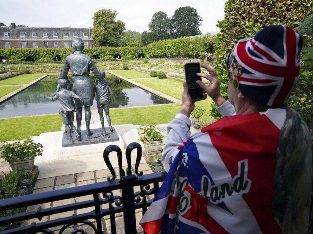 Antusias Warga Inggris Tengok Patung Diana di Istana Kensington