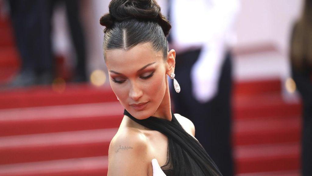 10 Gaya Seksi Bella Hadid Pamer Tato Bahasa Arab di Karpet Merah Cannes