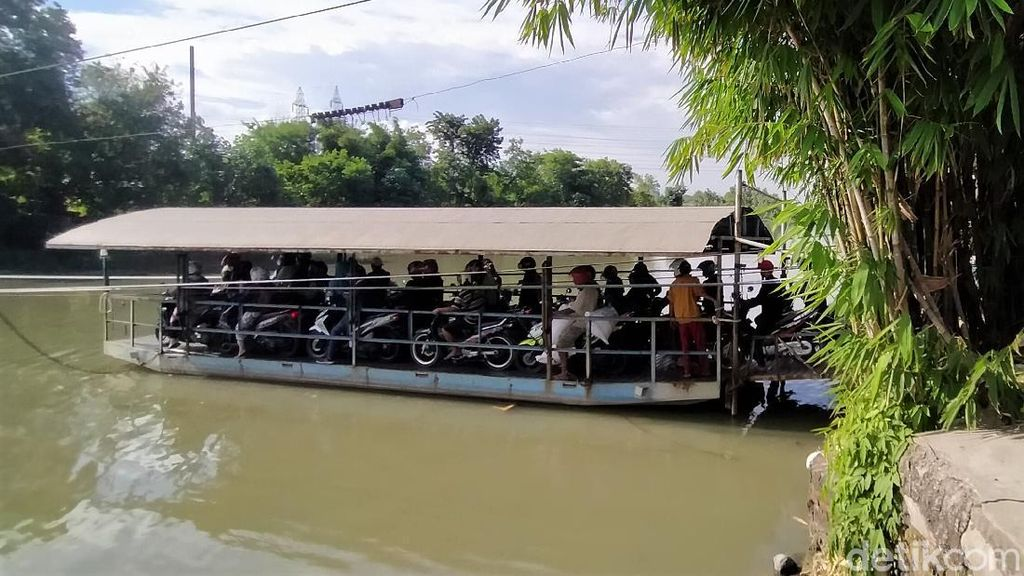 Demi Masuk Surabaya, Para Pemotor Ini Nyeberang Pakai Perahu Tambang