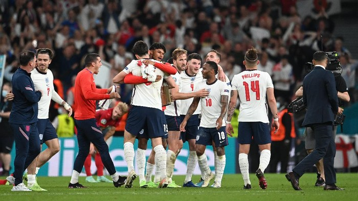 LONDON, ENGLAND - JULY 07: Harry Maguire and Tyrone Mings of England celebrate following their teams victory in the UEFA Euro 2020 Championship Semi-final match between England and Denmark at Wembley Stadium on July 07, 2021 in London, England. (Photo by Andy Rain - Pool/Getty Images)