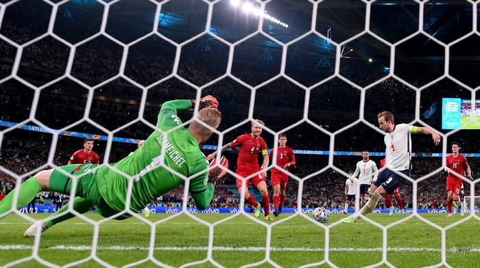 LONDON, ENGLAND - JULY 07: Harry Kane of England scores past Kasper Schmeichel of Denmark from the rebound of a saved penalty for their teams second goal during the UEFA Euro 2020 Championship Semi-final match between England and Denmark at Wembley Stadium on July 07, 2021 in London, England. (Photo by Laurence Griffiths/Getty Images)