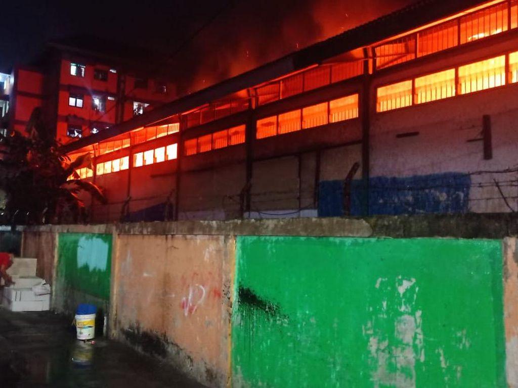 Kobaran Api di Gudang Farmasi Duren Sawit Milik Dinkes DKI