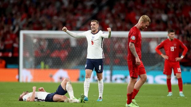 LONDON, ENGLAND - JULY 07: Harry Kane and Jordan Henderson of England celebrate following their team's victory as Simon Kjaer of Denmark looks dejected following his team's defeat in the UEFA Euro 2020 Championship Semi-final match between England and Denmark at Wembley Stadium on July 07, 2021 in London, England. (Photo by Carl Recine - Pool/Getty Images)