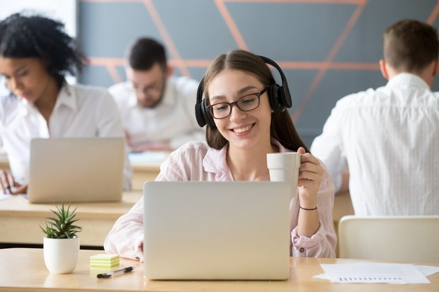 Mendengarkan musik sambil bekerja biasanya membuat kita merasa enjoy dalam mengerjakan dan meningkatkan kinerja tugas