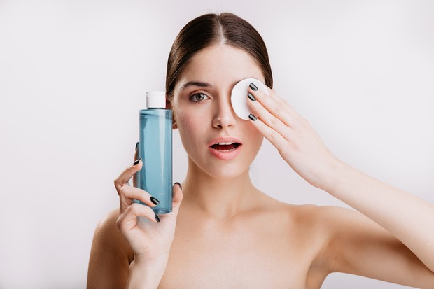 Toner dan tonik merupakan produk skincare yang ringan, cair, dan digunakan setelah membersihkan wajah