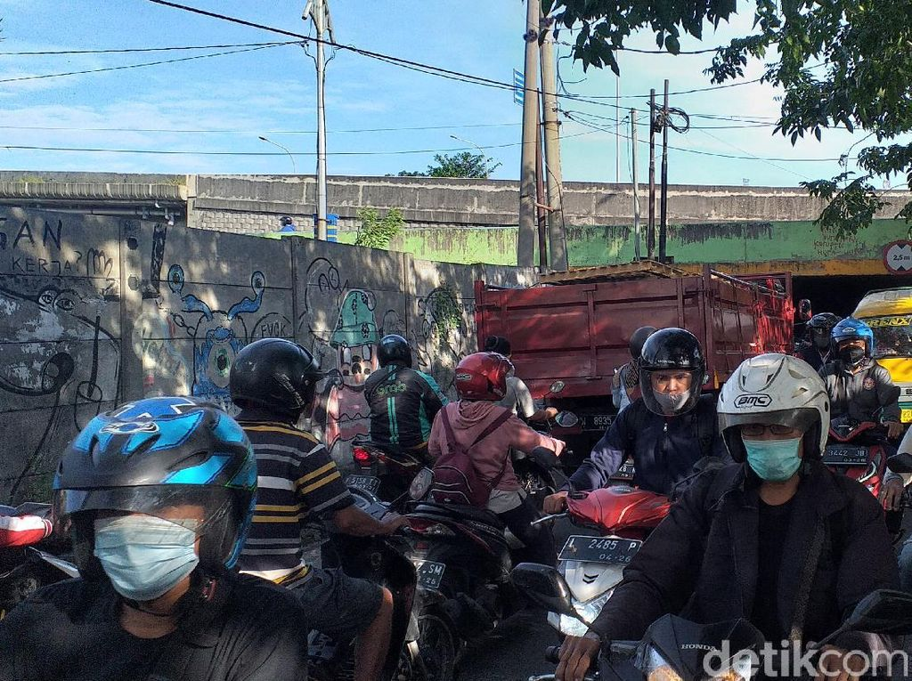 Bundaran Waru Arah Surabaya Ditutup, Jalan Tikus Macet