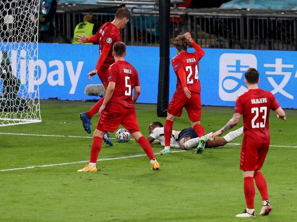 VAR Tak Bereaksi Saat Wasit Kasih Inggris Penalti? Wenger pun Heran