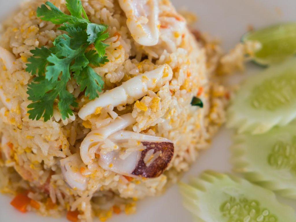 Resep Nasi Goreng Cumi ala Thai yang Pedas Segar Buat Sarapan