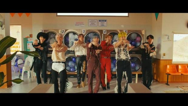 BTS memberi isyarat menari