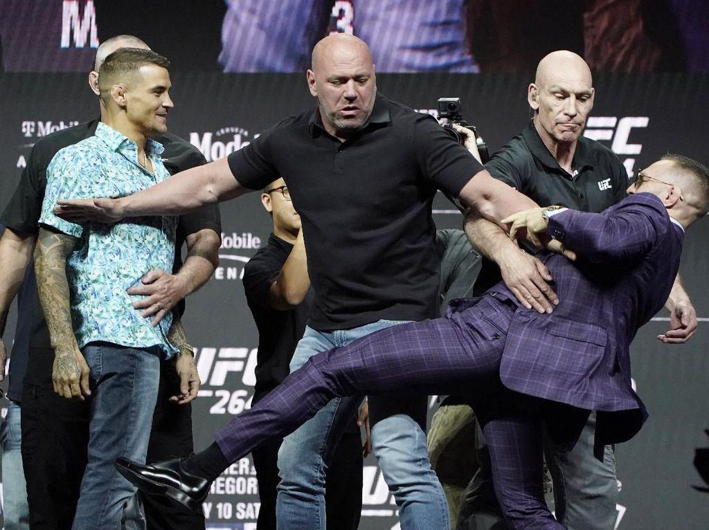 Panas Jumpa Pers UFC 264: Conor McGregor Tendang Poirier