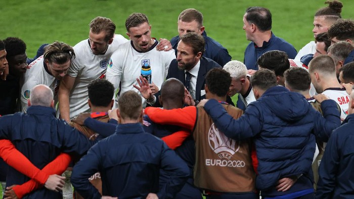 LONDON, ENGLAND - JULY 07: Gareth Southgate, Head Coach of England speaks with his team during a team huddle at half time of extra time during the UEFA Euro 2020 Championship Semi-final match between England and Denmark at Wembley Stadium on July 07, 2021 in London, England. (Photo by Catherine Ivill/Getty Images)
