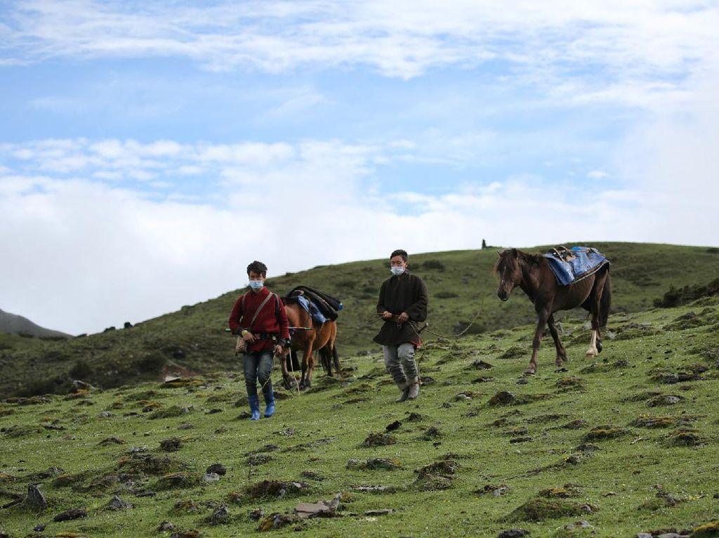 Foto Raja Bhutan Naik-Turun Gunung, Susuri Perbatasan Kampanye Prokes