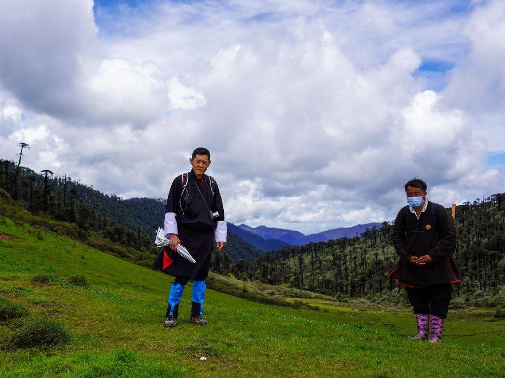 Ketika Raja Bhutan Mendaki Gunung untuk Nakes dan Medis
