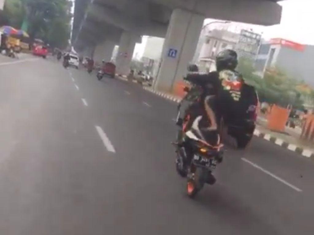 Viral Freestyle Ugal-ugalan, Remaja di Makassar Ditilang-Motor Ditahan