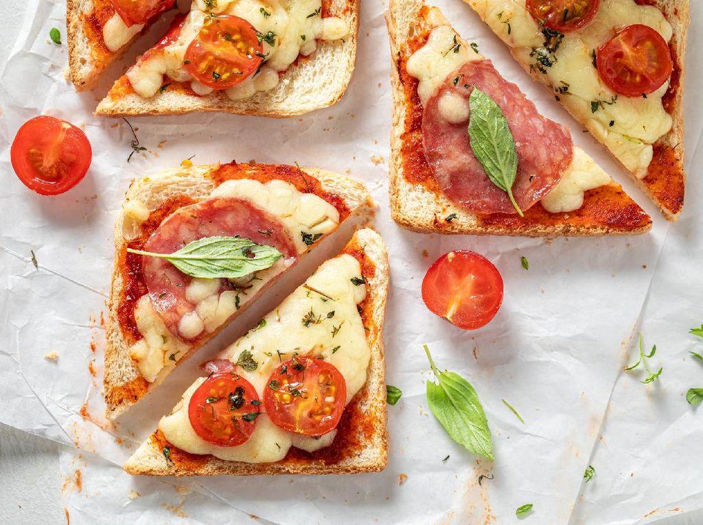 Resep Pizza Roti Panggang Topping Keju yang Praktis