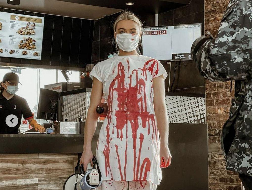 7 Foto Aktivis Vegan yang Tuang Darah di KFC, Sering Tampil Seksi
