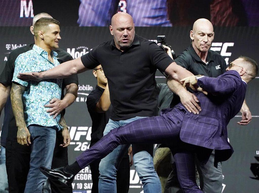 Tegang! Conor McGregor Tendang Poirier Saat Jumpa Pers