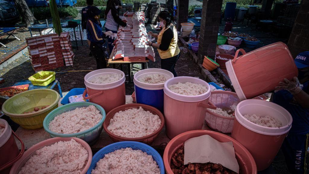 Lihat Kesibukan Dapur Umum Untuk Pasien Corona di Surabaya