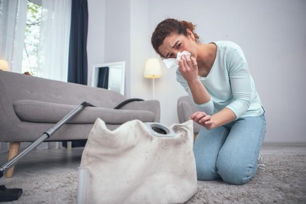 Kondisi rumah yang kotor dapat mencemari udara di dalamnya sehingga kulit dan wajah dapat mengalami iritasi serta masalah