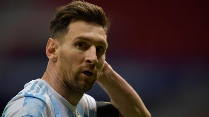 BRASILIA, BRAZIL - JULY 06: Lionel Messi of Argentina looks on during a semi-final match of Copa America Brazil 2021 between Argentina and Colombia at Mane Garrincha Stadium on July 06, 2021 in Brasilia, Brazil. (Photo by Pedro Vilela/Getty Images)