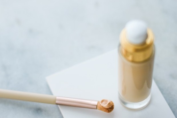 Menggunakan base make up yang ringan